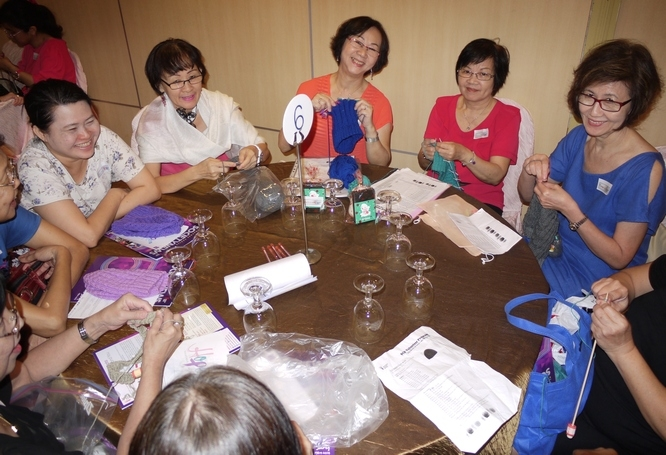 People Knitting Book : Most number of people knitting simultaneously singapore