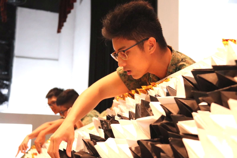 Largest-Display-Of-Origami-Pyramids4