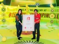 Zespri - Ong Eng Huat, President, Singapore Book of Records presenting the record certificate to Judy Lee, Head of Marketing, Southeast Asia