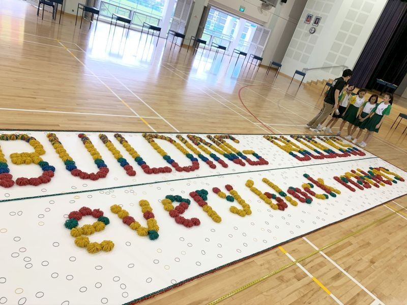largest-word-formation-made-of-rubber-bands-1